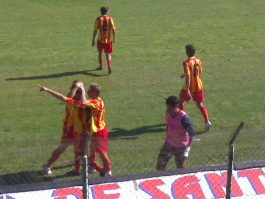 Abbraccio dopo il gol di Carbonaro