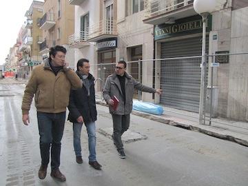 sopralluogo assessore Fiorilli su cantiere via Firenze per prima gettata di cemento01