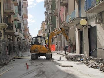 sopralluogo assessore Fiorilli su cantiere via Firenze per prima gettata di cemento03