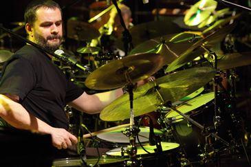 Il batterista polacco Jacek Pelc