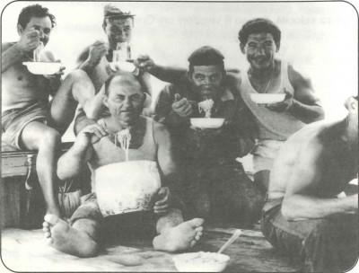 Foto di gruppo per i marinai mentre mangiano.