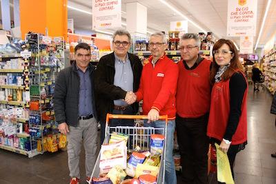 Da sx Trivisani, Nigliato, Costantini e due volontari del Banco Alimentare