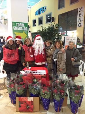 volontarie AIL con Babbo Natale