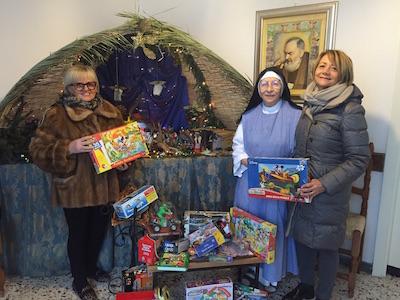 da sx Katia Tini, suor Ancilla e Margherita cerbarano con i giocattoli donati dall'AIL