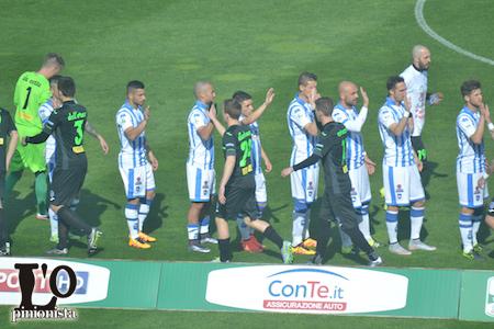 Novara-Pescara squadre a centrocampo