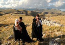 Zampognari a Campo Imperatore tra le rovine di antichi stazzi in pietra