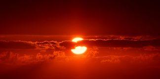sole alba in riva al mare