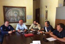 """Il Sottosegretario alla Presidenza della Regione con delega alla Protezione Civile, Mario Mazzocca, ha incontrato i sindaci dei tre Comuni dell'Aquilano interessati dallo sciame sismico iniziato il 24 agosto: Massimiliano Giorgi (Montereale), Maurisio Pelosi (Capitignano) e Luigi Cannavicci (Campotosto). Nel corso della riunione, alla quale ha partecipato anche il Presidente della Commissione Regionale Ambiente e Territorio, Pierpaolo Pietrucci, è stata presa in considerazione una serie di criticità a partire dalle sedi comunali di Campotosto e Montereale che sono risultate inagibili, mentre l'agibilità di quella di Capitignano sarà verificata nella giornata di oggi, martedi 30 agosto. """"Le operazioni di verifica di questi edifici pubblici e l'eventuale individuazione di location alternative - sottolinea Mazzocca - sono della massima urgenza. Inoltre, la Regione Abruzzo ha il dovere di istituire, in uno di questi Comuni, il Centro Operativo (COM) per il coordinamento delle operazioni"""". Mario Mazzocca ha inoltre richiamato i sindaci sulla necessità di accostare alle verifiche che i tecnici faranno nei prossimi giorni sull'agibilità dei fabbricati, un ulteriore approfondimento sulla vulnerabilità, ossia la valutazione della possibilità di subire danni al verificarsi di un evento sismico. Sono state inoltre individuate criticità legate alla infrastrutturazione viaria, al fine di prevenire ulteriori disagi che, con il ripetersi delle scosse, si potrebbero creare per gli spostamenti di persone e mezzi. In proposito, è stato presa in considerazione la possibilità di accelerare la realizzazione del bypass lungo la statale 271 per Leonessa (RI) e di appaltare i lavori che riguardano la statale 80 delle Capannelle, per la quale la Regione ha previsto uno stanziamento di 560.000 euro. Nei prossimi giorni il Sottosegretario incontrerà i sindaci dei Comuni del teramano danneggiati dal sisma: Valle Castellana, Rocca Santa Maria e Montorio al Vomano."""