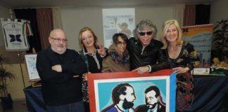 Foto di gruppo con donazione dipinto