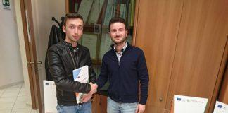 Nella foto il Presidente di Erga Omnes Pasquale Elia con il tirocinante Antonio D'Errico