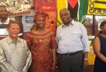 Mukuna con l'ambasciatore del Sudafrica e con l'ambascatrice del Mozambico