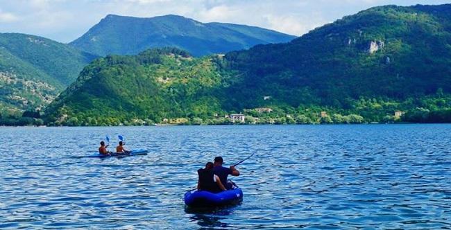 canoa sul lago di scanno