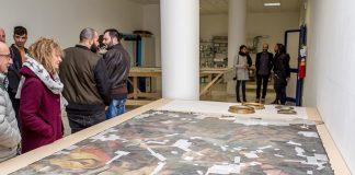 Foto di un opera d'arte osservata da Petrucci, Sindaco di Arquata