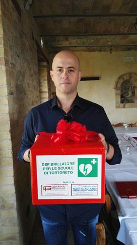 Gabriele Barcaroli consegna defibrillatore