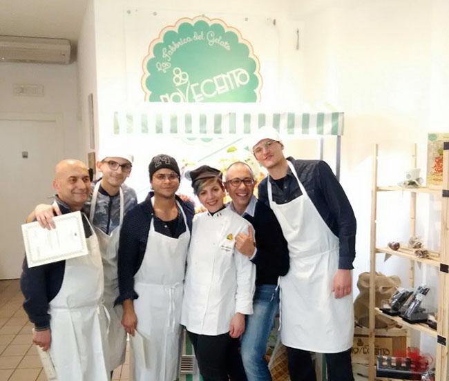Foto di gruppo con gli allievi del corso la mastra Ida Di Biaggio