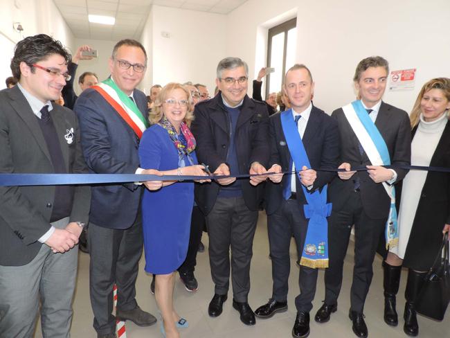 Foto-taglio-del-nastro-inaugurazione-Alberghiero-De-Cecco