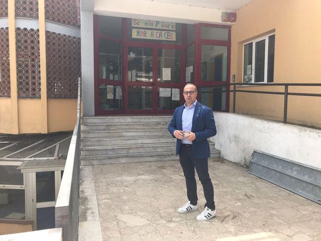 consigliere Seccia dinanzi alla scuola San Silvestro
