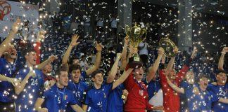 Handball Andrea Colleluori solleva Coppa dorata