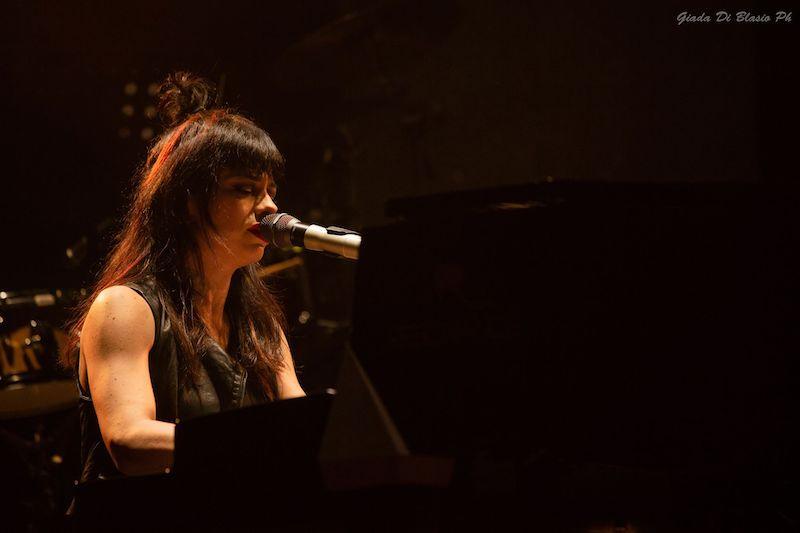 dolcenera al pianoforte