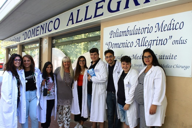 I giovani del Servizio Civile con la presidente Antonella Allegrino davanti al Poliambulatorio di via Alento