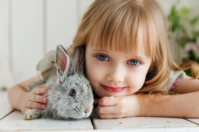 bambina coniglietto