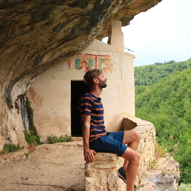 Mirco Paganelli nell'eremo di San Barolomeo in Legio - Foto di Mirco Paganelli