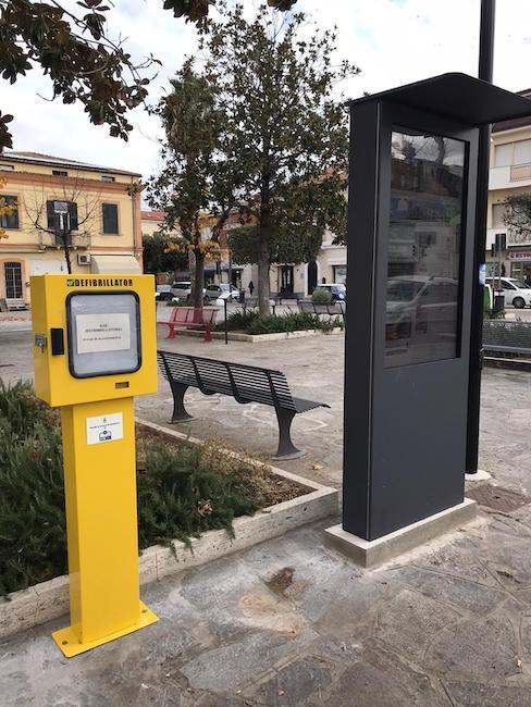 defibrillatore a colonnina installato in piazza Fosse Ardeatine