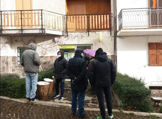 Campo di Giove utenti in attesa davanti all'Ufficio Postale