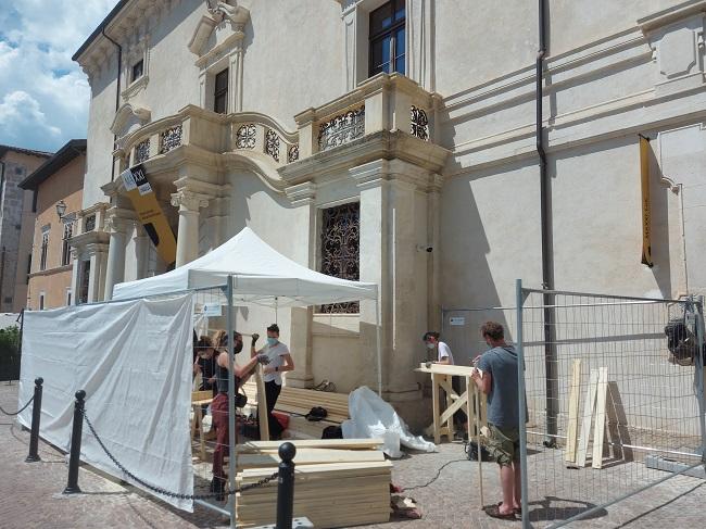More with less_Progetto Univaq-MAXXILAquila_Studenti al lavoro per costruire un palco_Foto MAXXI LAquila