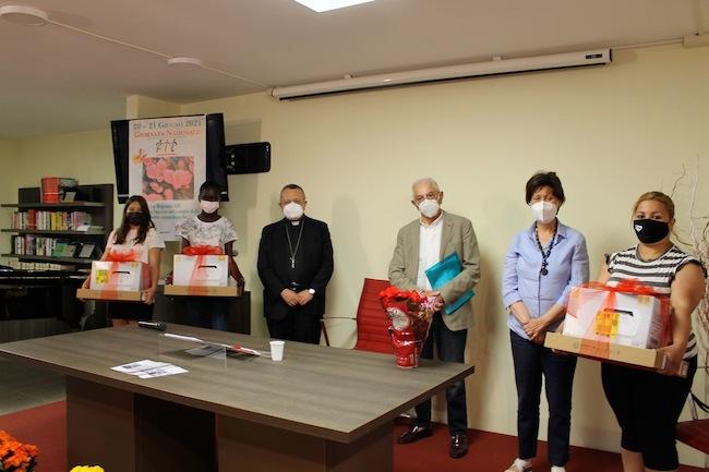 un momento della cerimonia- consegna dei pc e stampanti - Al centro da sc Valentinetti, Cappuccilli, De Angelis