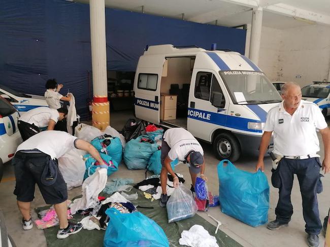 polizia municipale controlla merce