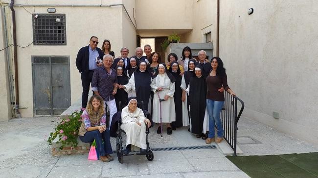 foto di gruppo con le Suore Celestine